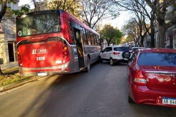 Una mujer estacionó su automóvil en doble fila y ocasionó un accidente