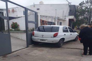 Un auto chocó el portón de una escuela