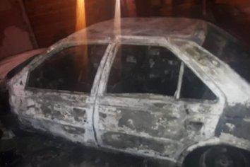 Un automóvil ardió en llamas