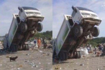 """INSÓLITO!!!: camión recolector colapsado de basura término haciendo """"WILLY"""""""