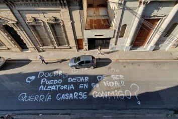 Pintó un graffiti en el asfalto para pedirle casamiento al padre de sus hijas y él aceptó