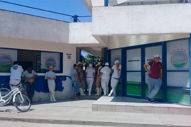 Trabajadores tomaron un frigorífico avícola en reclamo por falta de pagos