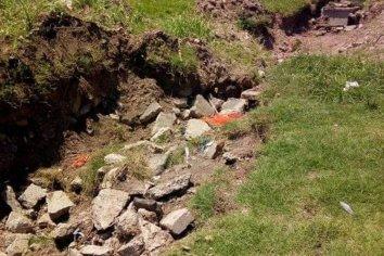 Vecinos preocupados por un pozo que socavó al lado de una escuela