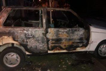 Le incendiaron el auto en la puerta de su casa