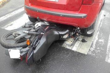 Un mujer colisionó a un motociclista en el centro de Paraná