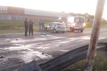 Un automovilista colisionó contra una farola en Avenida Circunvalación