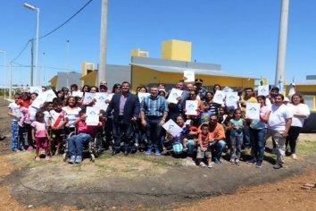 Familias de San Salvador recibieron su casa propia