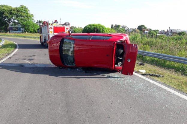 Abuelo perdió el control del auto y volcó sobre el Acceso Norte a Paraná