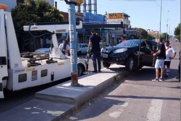 Conductor alcoholizado chocó su auto contra el cantero de Av. Ramirez
