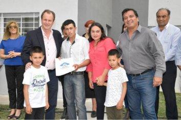 La provincia rubricó convenio para construir nuevas viviendas en Gualeguaychú y Viale
