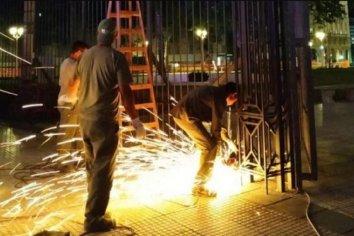 Tras el pedido de Fernández, retiran las rejas de Casa Rosada