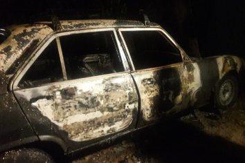 Un auotomovil fue consumido por las llamas en Barrio Mosconi