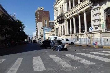 Ex contratados levantaron el acampe frente al Palacio municipal