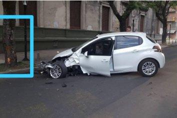 Un auto chocó contra un árbol