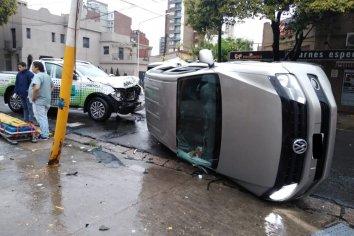 Tras chocar con una camioneta, terminó volcando