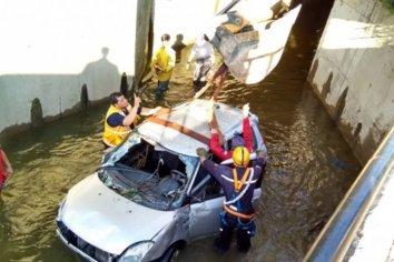 Las máquinas lograron sacar el auto del arroyo