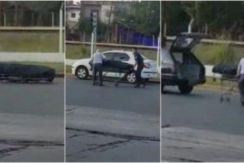 ¡Un coche fúnebre perdió un féretro en plena Avenida Rivadavia!