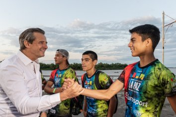 Bahl reconoció a jóvenes paranaenses que participaron del triatlón de La Paz