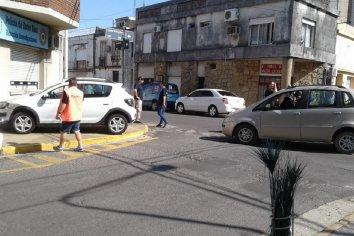 Un automóvil chocó y terminó arriba de la vereda.