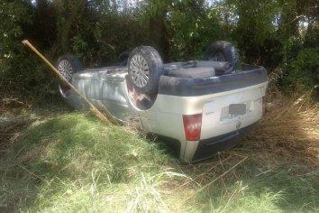 Perdió el control y volcó su vehículo