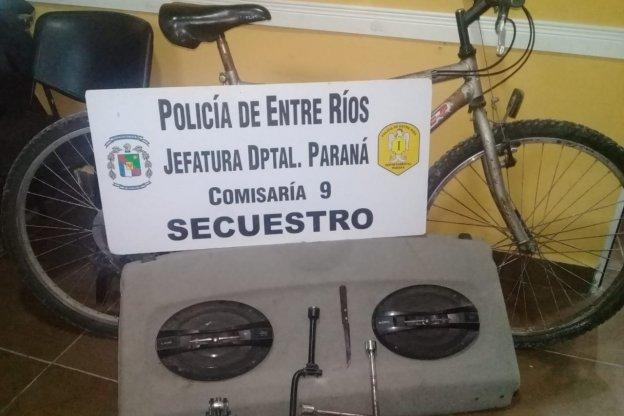 Detuvieron a un menor por robar una bicicleta y abrir autos