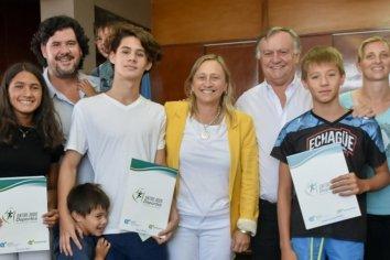 El Gobierno entregó aportes a niños nadadores de la provincia que competirán en Perú