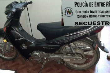 Policías agredidos al intentar detener un sujeto con una moto robada