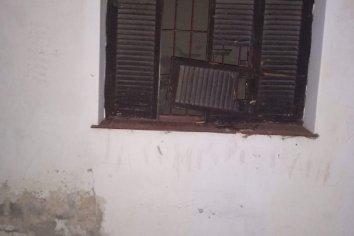 Detuvieron a un hombre mientras dañaba la ventana de una vivienda