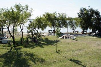 La policía sorprendió a seis vecinos pescando en la costanera