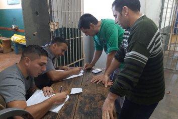 Una foto inédita, presos registrando celulares en un penal