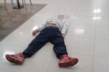 Joven se desvaneció en el shop de una estación de servicios