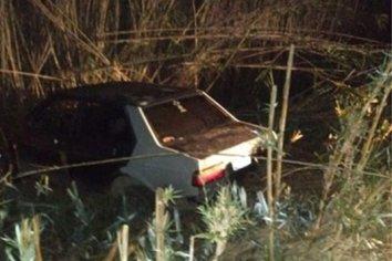 Dos jóvenes terminaron con su automóvil en un zanjón