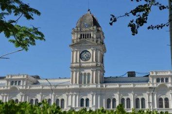 El Gobierno formalizó la autorización de las actividades gastronómicas y hoteleras