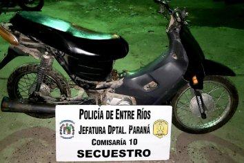 Detuvieron a un joven que se encontraba en un descampado con una moto robada