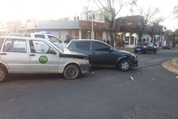 Choque entre un remis y un vehículo particular