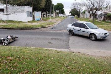 Dos jóvenes fueron trasladados al Hospital tras chocar con un auto