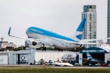 Aerolíneas Argentinas suspenderá a cerca de 7000 empleados por la prohibición de vuelos en cuarentena