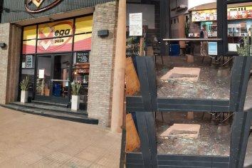 Un joven fue detenido tras golpear autos y romper el vidrio de una pizzería en calle Ramírez