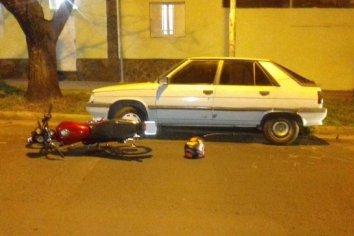 Joven perdió el control de su moto y chocó contra un auto estacionado