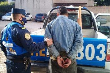 Detuvieron a un hombre que se puso agresivo con transeúntes y comerciantes