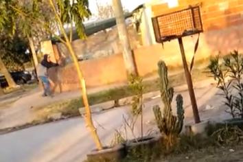 """Terror en el barrio Zaspe: """"La Chaqueña"""", efectuando disparos en plena calle"""