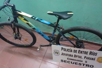 La policía identificó a un joven con una bicicleta robada