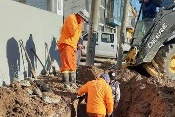 Reparación en la red distribuidora de agua potable sobre Almafuerte