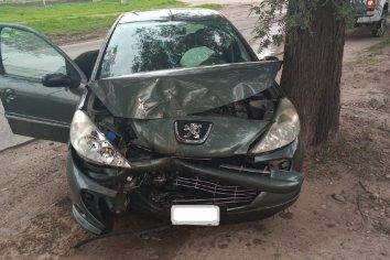 Una mujer perdió el control de su auto y chocó contra un árbol
