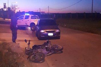 Un auto chocó a una moto que esperaba en el semáforo