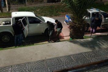 Le robaron la moto a una vecina y al momento de ser aprehendidos, la mamá de uno intentó defenderlos