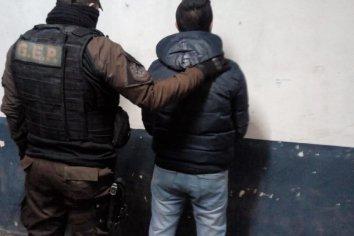 Dos jóvenes intentaron entorpecer un procedimiento policial, para evitar que les secuestren la moto
