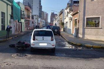 Un auto y una moto chocaron en una esquina céntrica