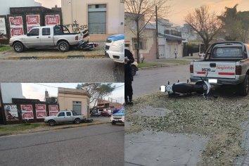 Una mujer perdió el control de su moto y chocó contra una camioneta en la vereda