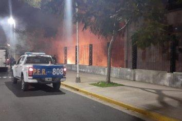 Bomberos zapadores debieron sofocar un pequeño incendio en un pastizal